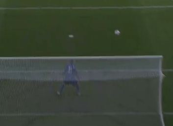 Kevin Trapp bewundert die Flugbahn des Balls zum 0-1 für Mönchengladbach.