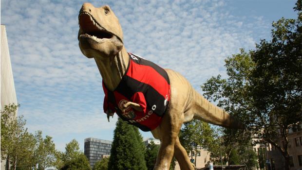 Sympathisch. T-Rex im Eintrachttikot. (Bild: Silke Tomé, Senckenberg)