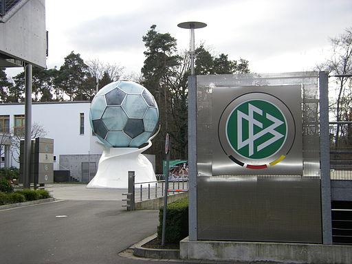 So nah und doch so fern: Die DFB-Zentrale in Frankfurt bringt die Adlerträger auch nicht näher an die Nationalmannschaft.